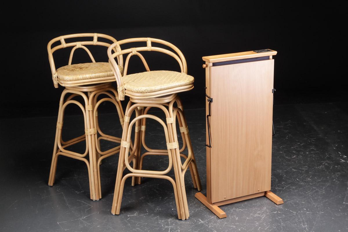 Oxford Dresser samt to barstole af bambus - Oxford. Dresser af bøgetræ, med eletronisk buksepresser. H. 92 cm. Lauritz.com indestår ikke for funktionaliteten. Samt to barstole i bambusflet. H. 99 cm. Fremstår med brugsspor, ridser og pletter