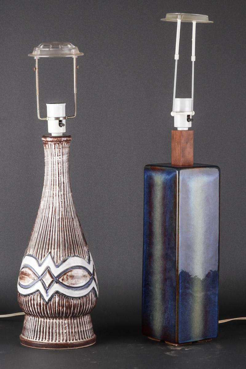 Holm samt Kingo. To bordlamper - Holm. Bordlampe af glaseret stentøj, top af palisander H. 50,5 inkl. fatning samt Kingo bordlampe af glaseret stentøj H. 43 cm eksklusiv fatning