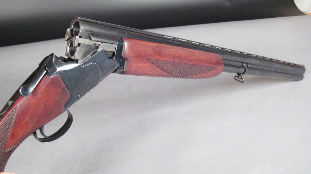 Jagtgevær, Winchester Model 99 o/u i kal. 12/70 - Jagtgevær, Winchester Model 99 o/u i kal. 12/70. TL 114 cm. LL 71 cm. Våbennr. 366635. Vent. skinne. Ejektor. Single trigger. Løbsvælger. Blanke løb. Ingen slør. Oliebehandlet skæfte. Jagttegn kræves