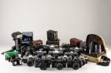 Samling diverse ældre kameraer, flash, linser m.m.