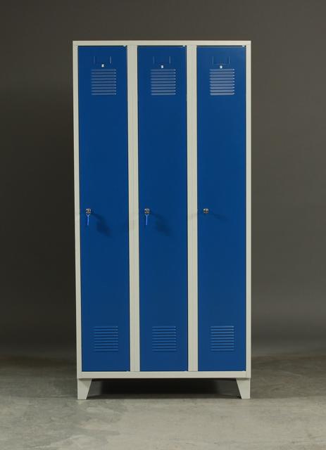 Arbejdsskab af metal. Blå. 3 Låger - Arbejdsskab af metal Skab af blålakeret metal, front med tre låger, disse med udluftningshuller. Opbevaringsrum med bl.a. bøjler til ophæng. H. 195. B. 90 D. 50