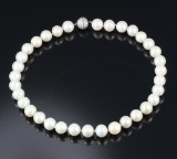 A South Sea cultured pearl necklace with saltwater cultured pearls and diamond clasp in white gold, total approx. 2.30 ct