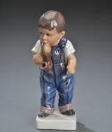 Dahl Jensen. Figur af porcelæn, dreng med pibe 1027