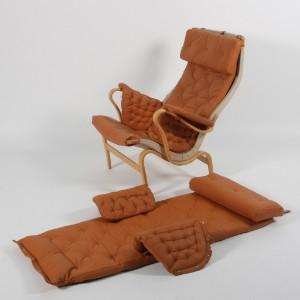 Hyndesæt til Bruno Mathssons Pernilla-stol (4) - Dk, Herlev, Dynamovej - Hyndesæt til Bruno Mathssons Pernilla-stol. Cognacfarvet læder. Komplet bestående af fire dele: sæde/ryg-hynde, nakkepude og to armlæn. Bemærk: Modelfoto, stolen medfølger ikke. (4) - Dk, Herlev, Dynamovej