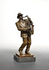 Bronzefigur i form af saxofonist spiller