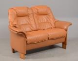 2 - pers. sofa med lyst brunt læder ben af fyrretræ