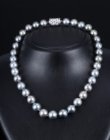 Tahitian cultured pearl necklace with pale-grey saltwater cultured pearls with diamond clasp, 18 kt. white gold. Pearl Ø approx. 10.45 - 13.00 mm