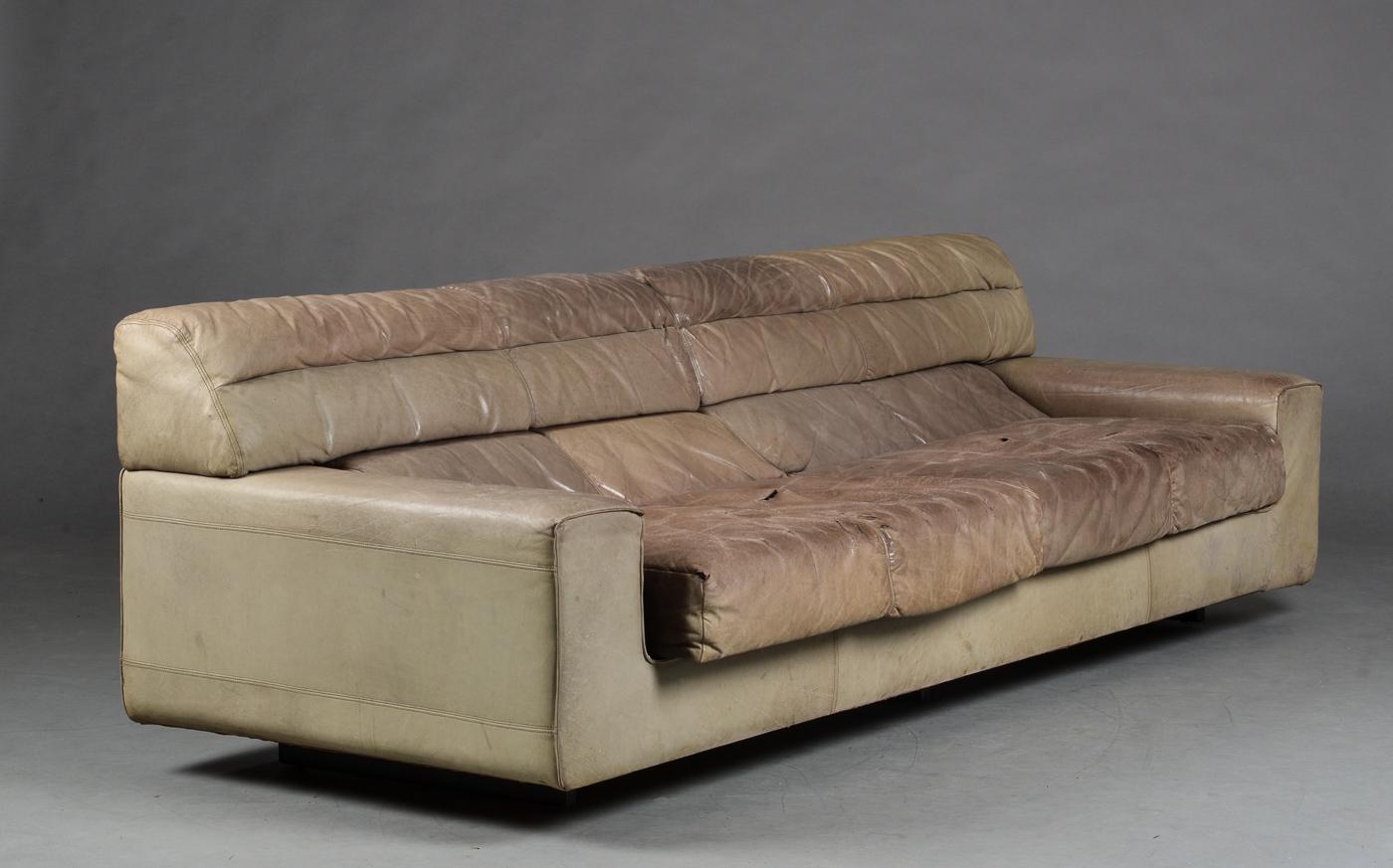 Lounge sofa betrukket med læder - Fire pers. loungesofa betrukket med vandbøffellæder. H. 41/72, L. 236, D. ca. 92 cm. Fremstår med kraftig slitage, revner og krakelering på siddeflader