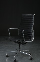 Charles Eames. Office chair, model EA-337, Aluminum Group Executive chair, black leather