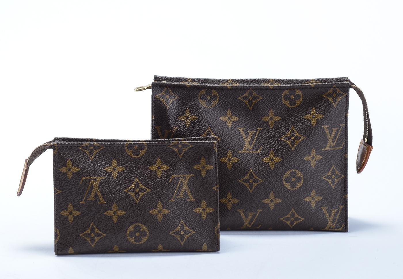 Louis Vuitton, kosmetikpunge / clutch - Louis Vuitton, to kosmetikpunge / clutches udført af monogram kanvas. Invendigt med et rum. Begge udført i 1995. H.10/15 cm, B.15/18,5 cm