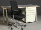 Büromöbel - Schreibtisch mit einem Bürostuhl und Bisley Schrank (3)