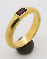 Ring 750er Gelbgold mit Rubin, Ringgröße 48