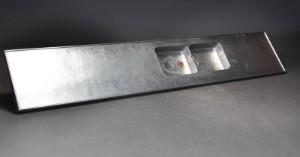 Lang køkkenbordplade af rustfrit stål - Dk, Helsingør, Støberivej - Stor køkkenbordplade af rustfrit stål med vaske. H. 6. L. 370. B. 67 cm. Fremstår med kraftige brugsspor, ridser og mærker og defekt underplade - Dk, Helsingør, Støberivej