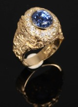 Arne Blomberg. Ring, 18k with sapphire (4.74 ct) and diamonds (0.65 ct)