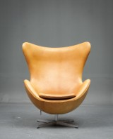 Arne Jacobsen: Lounge chair, The Egg, upholstered in cognac Elegance leather
