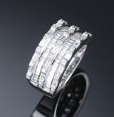 Moderne brillant- og diamantring af 14 kt. hvidguld, i alt ca. 2.50 ct