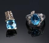 Diamantring samt -vedhæng af hhv. hvidguld og guld, 14 kt. prydet med blå topaser. (2)