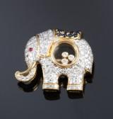 Engelsk elefant vedhæng/broche af 18 kt. guld med brillanter, i alt ca. 1.06 ct. safirer og rubin. London 2015.