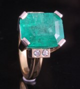 18kt handmade diamond and emerald ring approx. 0.15ct and 8.00ct