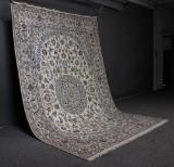 Fintknyttet persisk Nain tæppe, knyttet med silke, 298 x 194 cm.