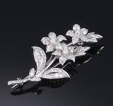 Diamantbroche af 18 kt. hvidguld i form af blomsterstilk, i alt ca. 2.50 ct. 1940erne