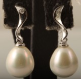 Earrings in 9k with pearls & diamonds approx. 0.03ct