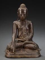 Buddha af patineret  bronze siddende på lotustrone.