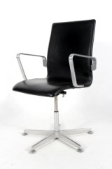 Arne Jacobsen. Oxford office chair, model 3271, black leather