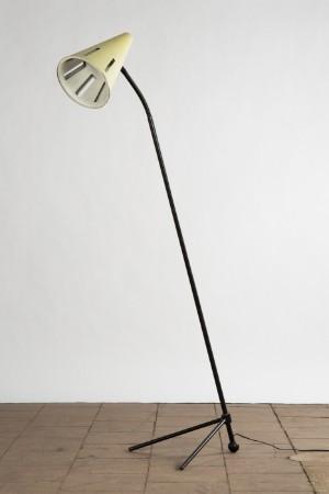 Th. J. A. Busquet, standerlampe fremstillet hos Hala Zeist, 1950erne - De, Köln, Kunst- Und Auktionshaus Herr - Th. J. A. Busquet, standerlampe fremstillet hos Hala Zeist, 1950'erne, enkelt konstruktion af sortlakeret metal med tre fødder, indstillelig lampeskærm, der er hvid/cremefarvet lakeret, en lyskilde, producentkl