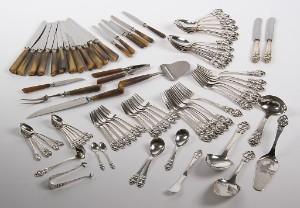 Spisebestik af sølv 61 samt bestik med skafter af horn. 23