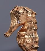 Per Borup. 'Søhest' lås/vedhæng af 18 kt. guld med sort og hvid diamant