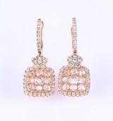 Seira. Et par brillant- og diamantørestikker af 18 kt. guld, i alt 2.33 ct. (2)