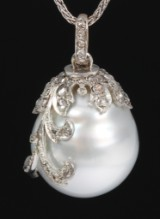 South Sea cultured pearl pendant with diamonds, white gold. Pearl approx. 19.40 x 16.88 mm