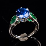 Ladies' ring of 750 white gold with 2 emeralds and sapphire