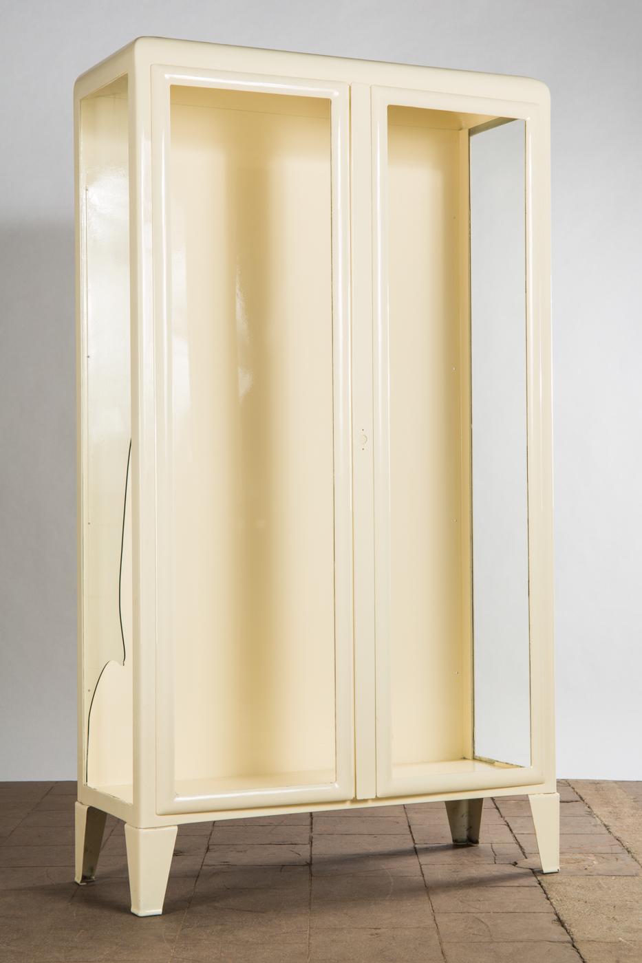 Auktionstipset Vitrine Schrank Glas Und Metall Lackiert In