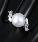South Sea and diamond cocktail ring, 18 kt. white gold. Weight approx. 9 g. Pearl Ø approx. 12.27 mm