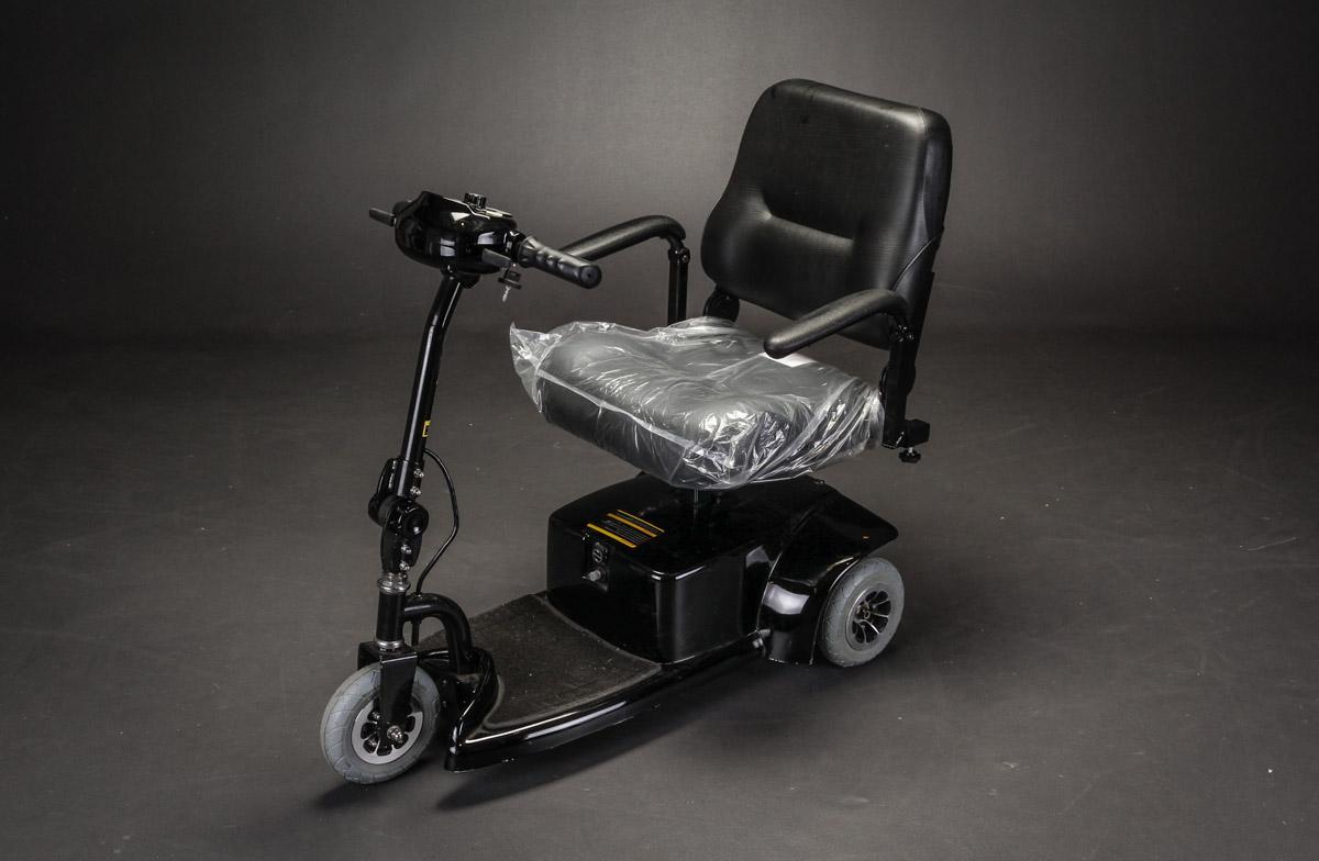 El Scooter. Marschell. Sammenklappelig letvægtsmodel - El Scooter. Marschell. Sammenklappelig letvægtsmodel. Sort stel med sort sæde, håndtag, mm. Specifikationer: - Max. personvægt 90 kg - Max. hastighed 7-9 km/t - Opladning ca. 6 timer - Egenvægt 43 kg - Batteri kapacitet 24v, 50 Amp - Dimensioner...