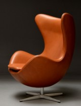 Arne Jacobsen: Lounge chair with tilt function and return mechanism, The Egg - Elegance leather. Brown Label from 2014