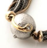 Ole Lynggaard 6-radet armbånd af oxyderet sølv og 14 kt. guld med brillant kuglelås af 14 kt. hvidguld. (2)