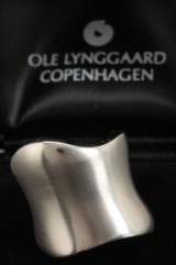 Ole Lynggaard. 'The Kiss' - ring, 18 kt. white gold