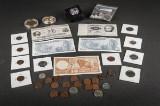 En samling amerikanske og mexikanske mønter og sedler.