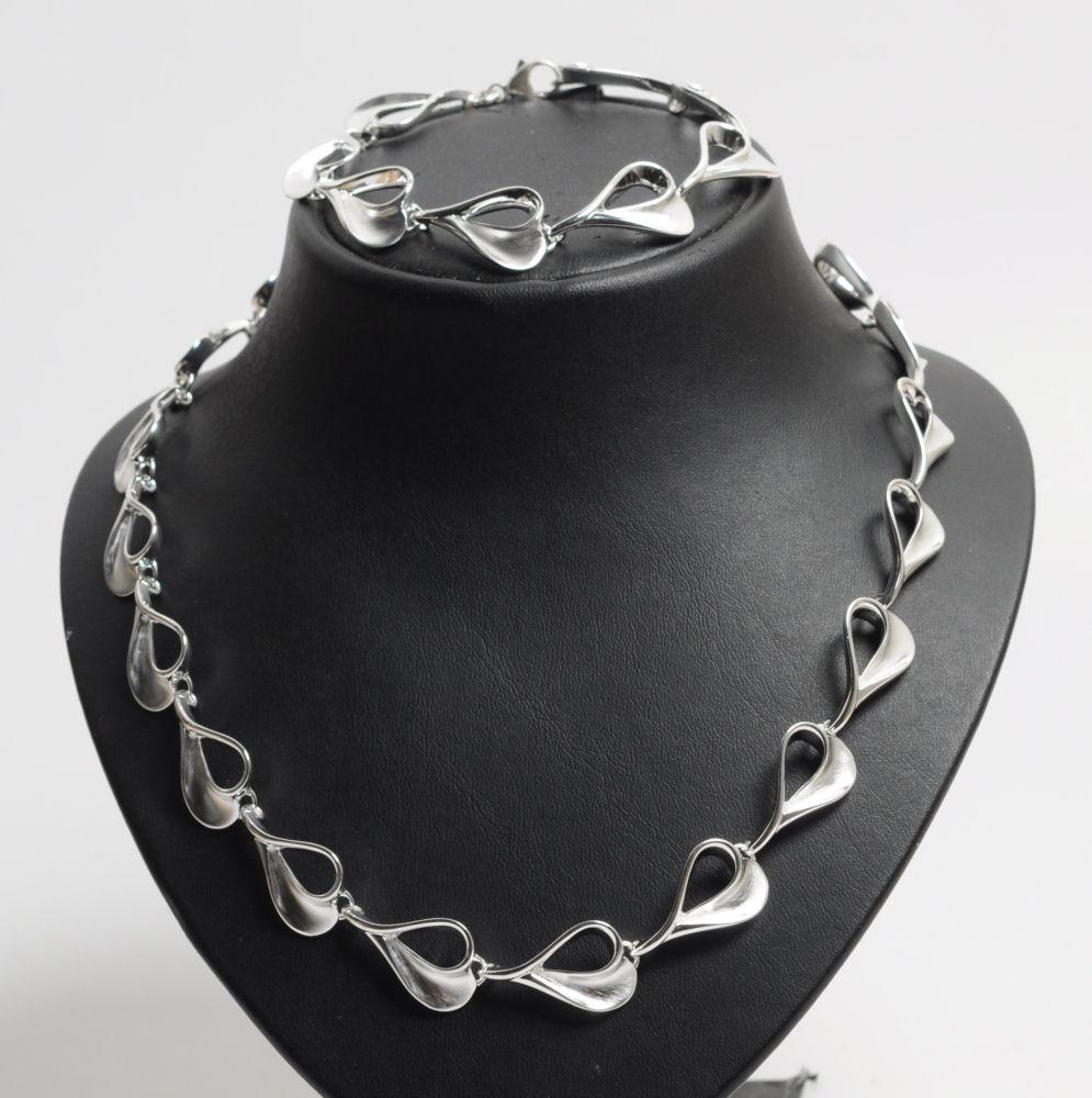 Smykkesæt af sterling sølv, halskæde og armlænke - Smykkesæt, bestående af halskæde og matchende armlænke af sterling sølv, delvist polerede og satinerede led. Længde henholdsvis 45 og 19½ cm