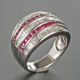 Ring af hvidguld med diamanter og rubiner