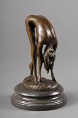 Bronzefigur af ung nøgen kvinde