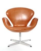 Arne Jacobsen. Svanen. Lænestol, model 3320, med nummerbevis