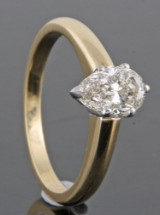 Ring in 18k yellow gold  set with pear cut diamond 1.05 ct