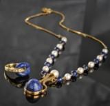 Smykkesæt af collier og ring i 18 kt. guld med lapis lazuli, diamanter og kulturperler