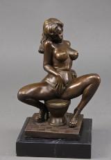 Broncefigur i form af erotisk siddende kvinde