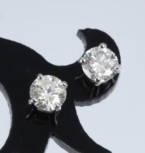 Et par solitaire brillantørestikker af 14 kt. hvidguld, i alt ca. 0.60 ct - Dk, Vejle, Dandyvej - Et par solitaire brillantørestikker af 14 kt. hvidguld prydet med to brillantslebne diamanter, i alt ca. 0.60 ct. Farve: Crystal (J). Klarhed: P1. Vægt i alt uden gummibagstikker ca. 0,6 g. Ø incl. fatning ca. 5,22 mm. (2) - Dk, Vejle, Dandyvej