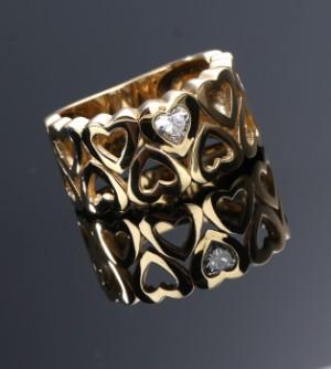Kranz & Ziegler. Hjertering af 14 kt. guld prydet med 0.20 ct. diamant - Dk, Vejle, Dandyvej - Kranz & Ziegler. Hjertering af 14 kt. guld, prydet med fancy cut diamant på 0.20 ct. Farve: Wesselton (H), Klarhed: VS. Str. 52 1/2. Vægt: ca. 6,7 gr.Vejl.udsalgspris: 22.500,- DKK - Dk, Vejle, Dandyvej